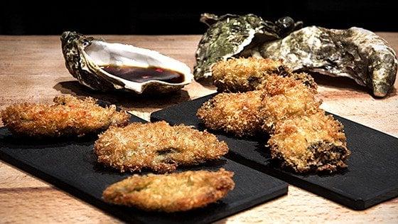 Un tocco esotico sulla tavola del natale ostriche fritte con salsa ponzu - Un ampolla sulla tavola ...