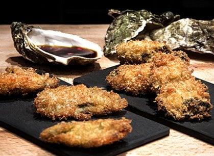 Un tocco esotico sulla tavola del Natale: ostriche fritte con salsa ponzu
