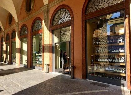 Signorvino, 1500 etichette sul sofà di piazza Maggiore
