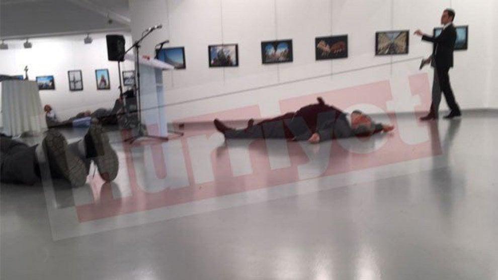 Turchia, ucciso l'ambasciatore russo: l'attentato alla mostra - immagini