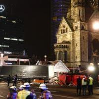 Berlino, camion travolge la folla in un mercatino di Natale