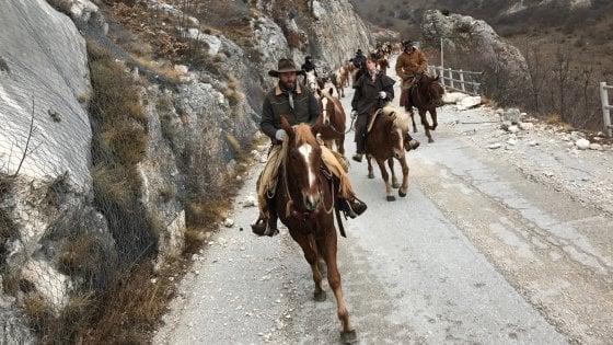 I cowboy del terremoto: l'ultima galoppata per la transumanza, ora Castelluccio è deserta