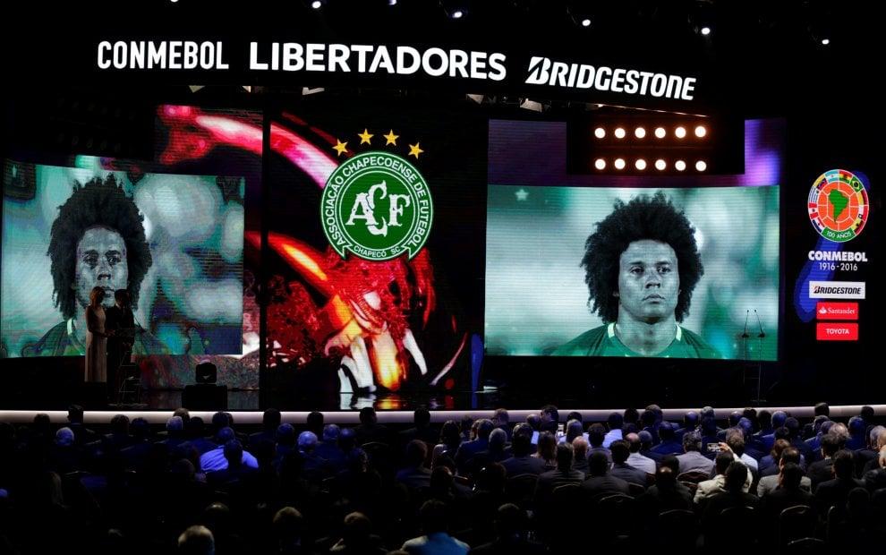 Chapecoense, il presidente del club ritira il trofeo della Copa Sudamericana 2016