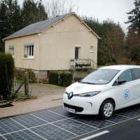 Francia, ecco l'autostrada solare. La macchina si ricarica camminando