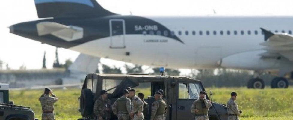 Malta, aereo libico dirottato con 118 persone: liberati gli ostaggi, i pirati si arrendono