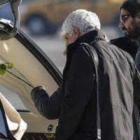 Ciampino, la salma di Fabrizia torna in Italia: la madre posa una rosa sulla bara