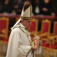Natale, il Papa celebra la messa in San Pietro