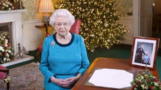 Regno Unito, la Regina diserta la messa di Natale. Buckingham Palace: solo un raffreddore