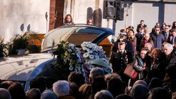 """Sulmona, folla in piazza per l'addio a Fabrizia. Il vescovo: """"E' dovuta andar via per cercare lavoro"""""""