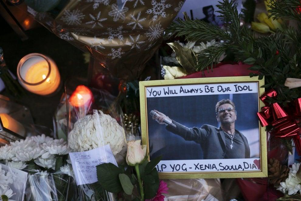Londra, i fan in lutto davanti la casa di George Michael