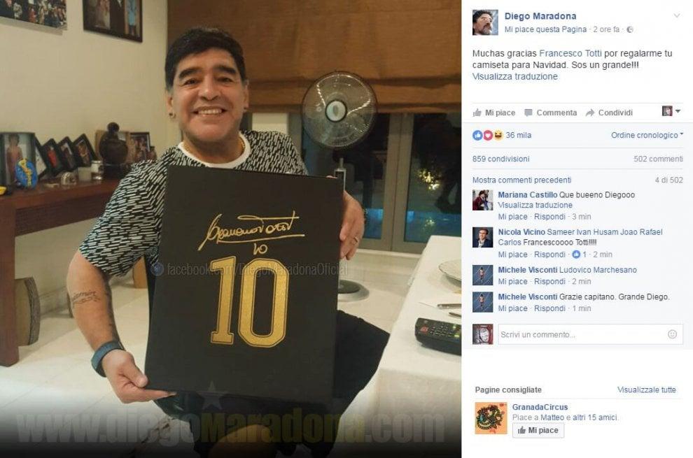 """Maradona ringrazia Totti per il regalo di Natale: """"Grazie per la maglietta, sei un grande"""""""