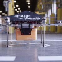 """Amazon brevetta magazzini """"volanti"""" per fare le consegne coi droni"""