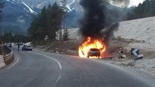 Cortina, auto in fiamme: famiglia salvata dalla polizia