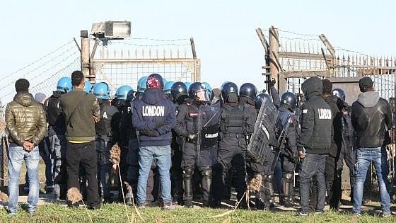 Cona, dopo la rivolta 100 migranti trasferiti in Emilia Romagna