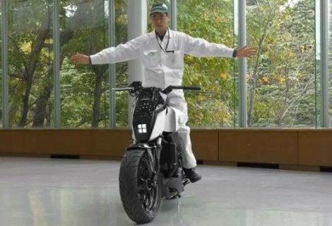 Honda, la moto sta in piedi da sola e ti segue come un cagnolino