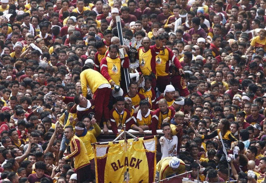 La fede di Manila, una folla in processione dietro al Nazareno Nero