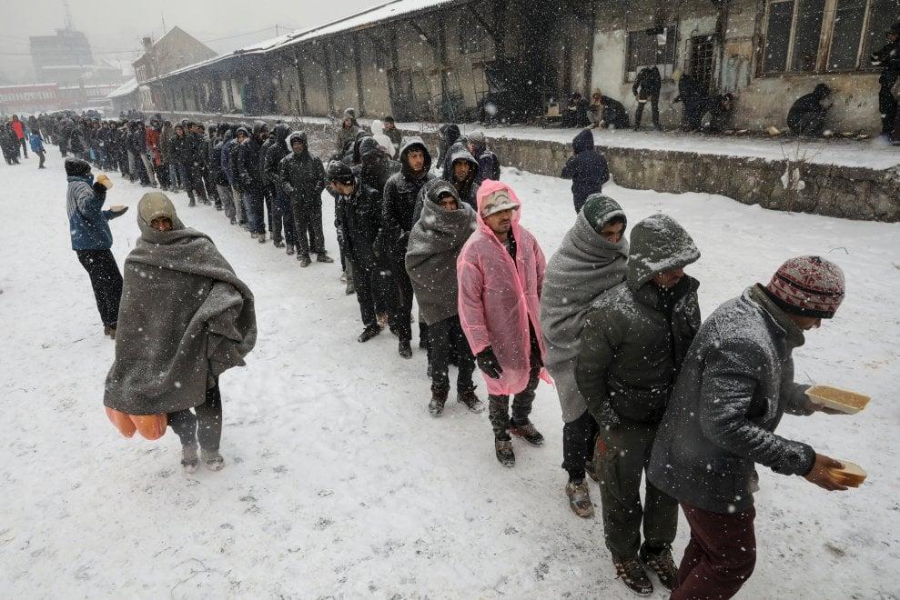 Risultati immagini per migranti in fila sotto la neve