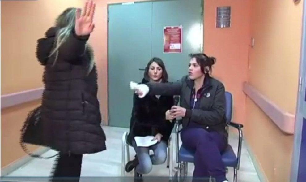 Messina, botte in ospedale tra la ragazza ustionata e la madre: le immagini della lite in diretta tv