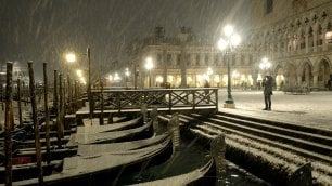 Venezia si tinge di bianco: neve su calli e campielli