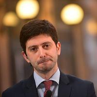"""Ragazzo grida e lancia iPad contro Roberto Speranza: """"Il Pd vende armi all'Isis"""""""