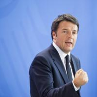 """M5s risponde a Renzi: """"Lasci la politica e si ritiri a vita privata"""""""