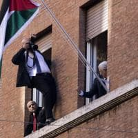 Il fotografo spericolato per Abu Mazen a Roma, inaugurata l'ambasciata palestinese