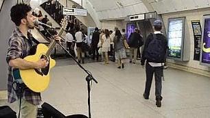 Luca, la metro voce e chitarra   vince un anno di concerti nel Tube