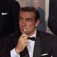 """""""Da tempo ha abbandonato le sigarette, ma oggi James Bond è vittima del fumo passivo"""""""