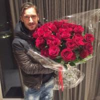 L'omaggio di Maradona a Totti: un mazzo di rose rosse