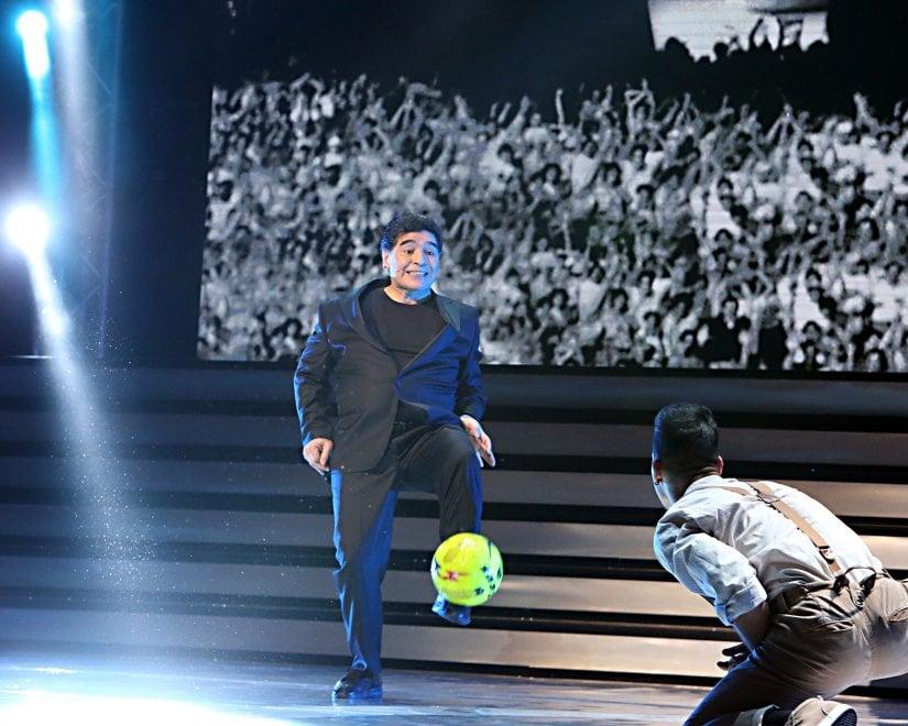 Napoli, Maradona show sul palco del San Carlo