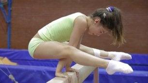 L'allenamento di Sara e Martina tra parallele, trave e corpo libero