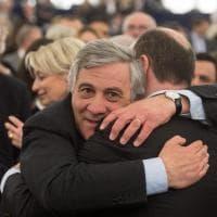 Tajani eletto presidente del Parlamento europeo: abbracci e selfie in aula