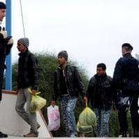 In 74 per scortare 29 migranti: così funzionano le espulsioni