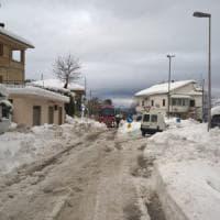 La neve blocca il centro sud. Scuole e uffici chiusi.  In Abruzzo decine di migliaia senza...