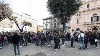 Paura anche  a Roma -   foto   evacuati scuole, metropolitana  e uffici -   video