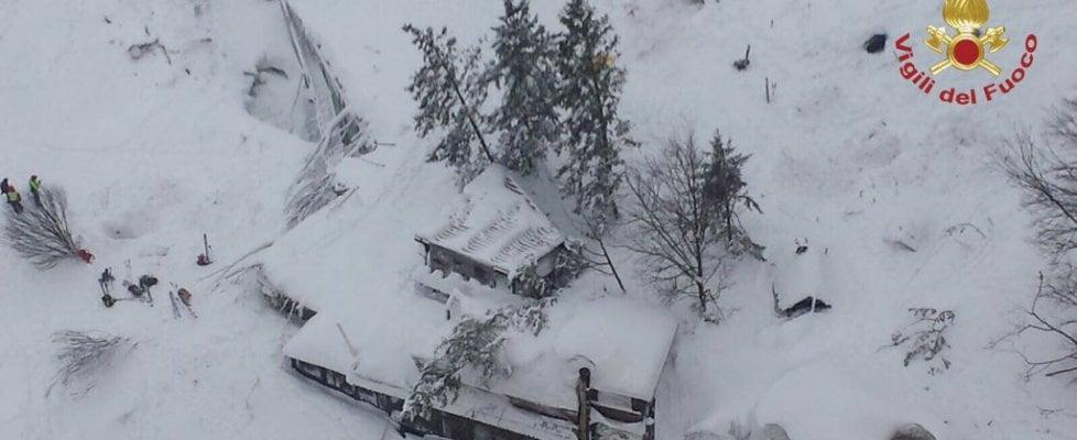"""Terremoto, valanga su hotel Rigopiano. Estratta la prima vittima. Due persone in salvo. """"Ci sono molti morti"""""""