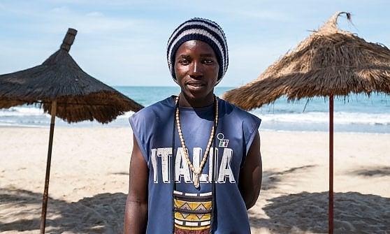 Turisti, bambini, migliaia di civili in fuga dal Gambia sull'orlo della guerra
