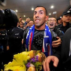 Cina, Tevez arriva a Shanghai: aeroporto paralizzato per accogliere l'argentino