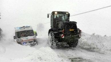 Terremoto infinito: in 24 ore 550 scosse  La neve infierisce sul Centro Italia   meteo   Senza luce, due  anziani morti  intossicati
