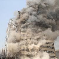 Iran, crolla in fiamme il grattacielo più antico di Teheran