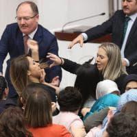Turchia, deputata si incatena contro la riforma di Erdogan: rissa in parlamento