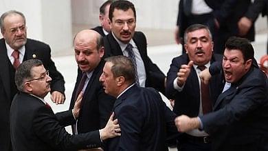 Foto  Turchia, rissa e feriti in parlamento per la protesta di deputata anti-Erdogan