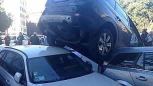 La partenza folle del Suv  Sale in retromarcia su altre auto