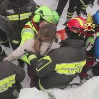 Hotel Rigopiano, 10 sopravvissuti a due giorni dalla valanga: estratti i 4 bambini e una...