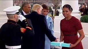 """Melania spiazza Michelle    """"Il regalo dove lo metto?"""""""