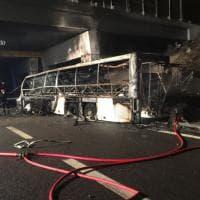 Verona, bus di giovani ungheresi si incendia nella notte
