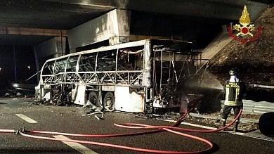 """A4, bus si schianta e si incendia   video   """"Come una trappola di fuoco"""": 16 morti"""
