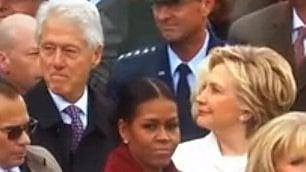 Bill Clinton fissa Melania Trump Hillary lo fulmina con gli occhi