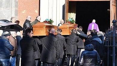 Torino, amici e parenti ai funerali privati della coppia uccisa dal figlio 16enne   foto