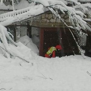 """Rigopiano, il racconto dei sopravvissuti: """"Ci siamo salvati succhiando neve"""""""